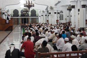 Ustadz Drs H M Rafiq Khan, menyampaikan ceramah pada peringatan 1 Muharram 1438 H diMasjid Raya Baiturrahman Banda Aceh
