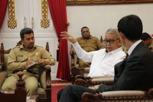 Gubernur Aceh, dr. H. Zaini Abdullah didampingi Karo Humas Frans Dellian menerima kunjungan Wakil Dubes Australia untuk Indonesia Dr.Justin Lee di Pendopo Gubernur, Banda Aceh, Senin(17/16).