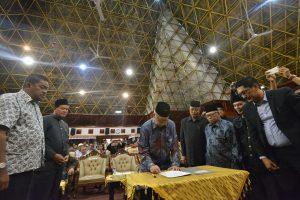Gubernur Aceh, dr. H. Zaini Abdullah didampingi Bupati Aceh Barat, Wakil Bupati Aceh Selatan dan para perwakilan Barsela saat menandatanganan surat Pengukuhan dan Rapat Kerja Barat Selatan Aceh (Barsela) di Anjong Monmata, Banda Aceh, 22 Oktober 2016.