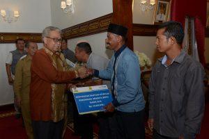 Gubernur Aceh, dr. Zaini Abdullah di dampingi Kadis Cipta Karya dan Bank PTPN menyerahan secara simbolis  bantuan Stimulan Perumahan Swadaya Tahun 2016 di pendopo Gubernur Aceh, Banda Aceh, 18/10.