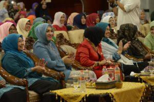 Ketua TP PKK Aceh, Hj, Niazah A. Hamid, dan Wakil TP PKK Aceh, Marlina Usman,  mengikuti Seminar parenting yang di sampaikan oleh Pimpinan dan Pengasuh Pasantren Hifzul Quran Bait Qurany Legoso Pisangan Ciputat Tanggerang Selatan  Ustadz Habiburrahmanuddin, MA. Di Anjong Mon Mata Banda Aceh, 12/10.