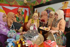 Ketua Dekranasda Aceh, Hj. Niazah A Hamid meninjau stand pameran produk kerajinan Dekranasda Kabupaten/Kota usai membuka Rapat Kerja Dekranasda Aceh di Bener Meriah, Selasa 18 Oktober 2016.