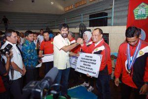 Wakil Gubernur Aceh, H. Muzakir Manaf memberikan bonus kepada para atlet dan pelatih yang telah membawa pulang medali pada Pekan Olahraga Nasional ke 19 di Jawa Barat dalam kegiatan yang berlangsung di GOR KONI, Banda Aceh, Kamis (06/10).