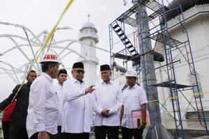 Gubernur Aceh, dr. H. Zaini Abdullah meninjau payung elektrik pembangunan komplek Masjid Raya Baiturrahman, Banda Aceh, Rabu 19 Oktober 2016. Meski diguyur hujan, gubernur bersama rombongan tetap meninjau segala pembangunan masjid kebanggaan masyarakat Aceh tersebut dan ditargetkan rampung pada akhir tahun ini.