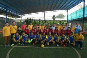 Asisten Administrasi Umum Setda Aceh, Syahrul, SE, M. Si menendang bola saat membuka acara Open Turnamen KNPI Aceh Futsal Cup III tahun 2016 digelar dalam rangka memperingati Hari Sumpah Pemuda di Lapangan Futsal Stui, Banda Aceh, Senin, (7/11).
