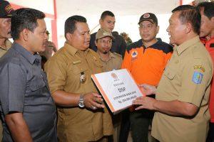 Plt Gubernur Aceh, Soedarmo menyerahkan Dana Siap Pakai (DSP) dari BPBA untuk korban banjir Aceh Jaya yang diterima Wakil Bupati Tgk Maulidi saat berkunjung di Desa Teupin Hasan, Darul Hikmah, Aceh Jaya, Selasa 15 November 2016.