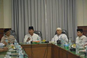 Plt. Gubernur Aceh, Soedarmo bersama Ketua MPU Aceh, Muslem Ibrahim dan Wakil Ketua MPU Aceh, Abu Daud Zamzami saat bersilaturrahmi ke Kantor Majelis Permusyawaratan Ulama Aceh, Jumat (4/11).