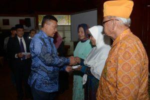 Plt Gubernur Aceh, Soedarmo menyerahkan Bungong Jaroe kepada keluarga pahlawan, perintis kemerdekaan, pejuang dan veteran. Dalam rangka Hari Pahlawan Tahun 2016, di Anjong Monmata. Banda Aceh, 10/11.
