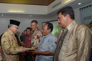 Asisten II Setda Aceh, Zulkifli HS. Didampingi Kepala BKPLUH Aceh, Ir. Lukman, M.Si, menyerahkan penghargaan Adhikarya Pangan Nusantara (APN) tingakat provinsi tahun 2016, di Hotel Oasis Banda Aceh,5/11. Pada pembukaan koordinasi dewan ketahanan pangan tahun 2016.