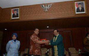 Sekretaris Daearah Aceh, Drs. Dermawan. MM . Menyerahkan cenderamata kepada ketua komisi IX DPR RI, Dede Yusuf, di serbaguna Setda Aceh, Banda Aceh, 3/11.