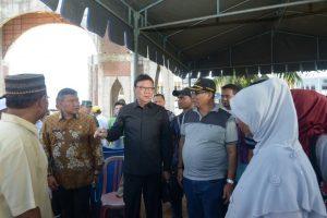 Menteri Dalam Negeri Republik Indonesia, Tjahyo Kumolo, bersama Plt Gubernur Aceh, Soedarmo meninjau posko pengungsian korban gempa bumi di Masjid Attaqarrub, Tringgadeng, Pidie Jaya, Kamis (8/12).